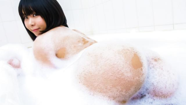 Asian amateur plays with her pussy in the shower - JavHD